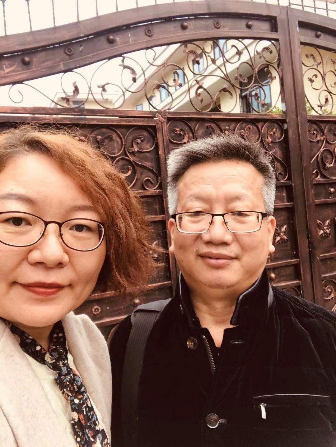 吴葛剑雄父亲吴有水(右)与程渊的妻子施明磊,在湖南省安全厅看守所门口。(志愿者提供/记者乔龙)