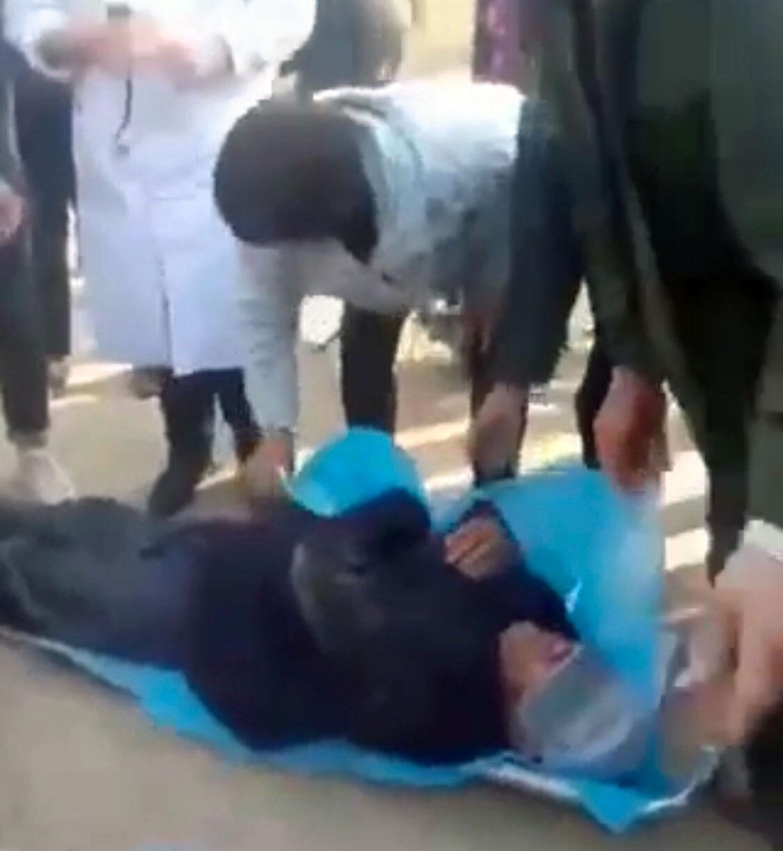 王庄村一位年迈的村民被打倒在地。(视频截图)