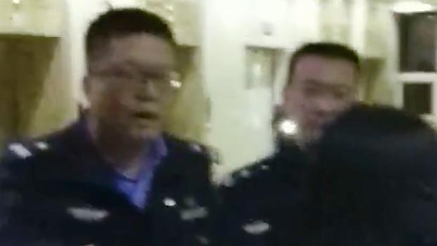 警察在医院阻止家属见尸体。(家属提供/记者乔龙)