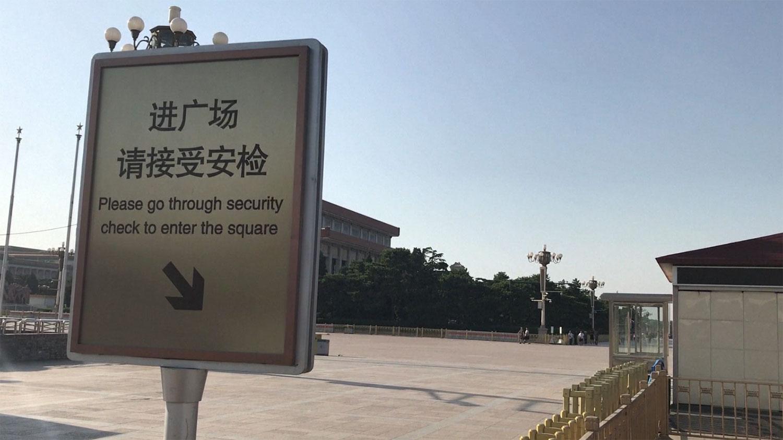 六四三十周年北京维稳措施空前严厉,图为 进天安门广场接受安检。(视频截图/法新社)
