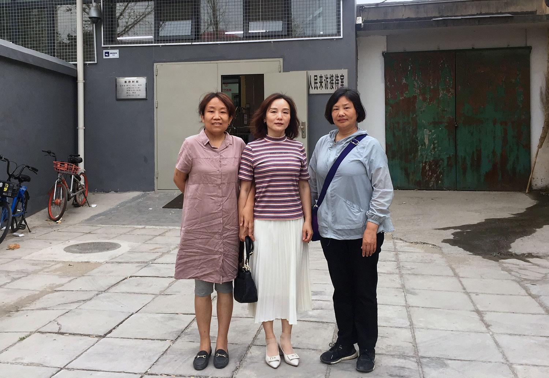 陈卫(中)和贾灵敏(右)、陈华欣(左)。(陈卫提供/记者乔龙)