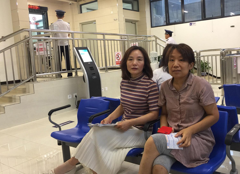 陈卫和陈华欣在北京中院立案厅。(陈卫提供/记者乔龙)