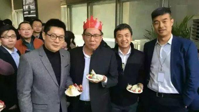 任志强戴着生日帽,在2016年3月8日的65岁生日聚会上。(推特图片)