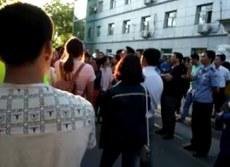 工人到公安局要释放被捕者。(志愿者提供/记者乔龙)