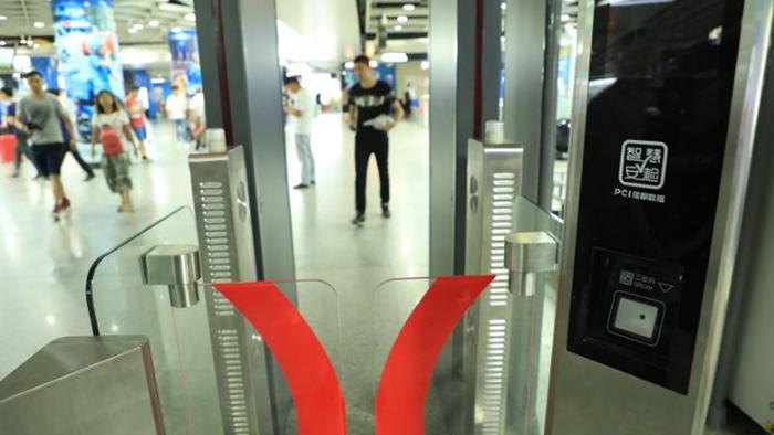 图为广州地铁站启用的人脸识别系统(Public Domain)