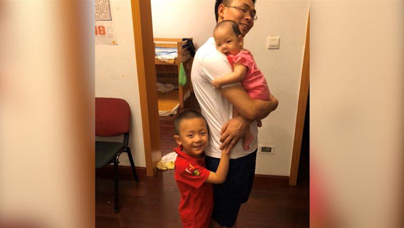 覃德富和两个孩子合影。(志愿者提供/记者乔龙)