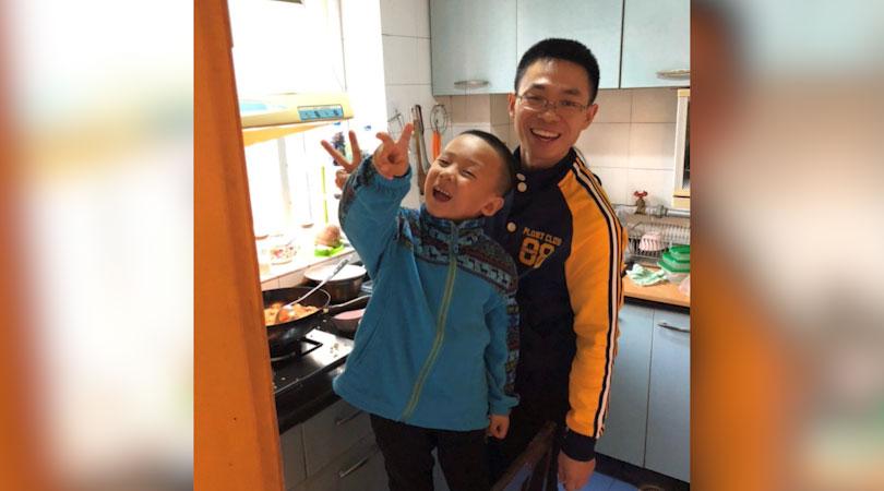 覃德富和孩子在家中。(志愿者提供/记者乔龙)