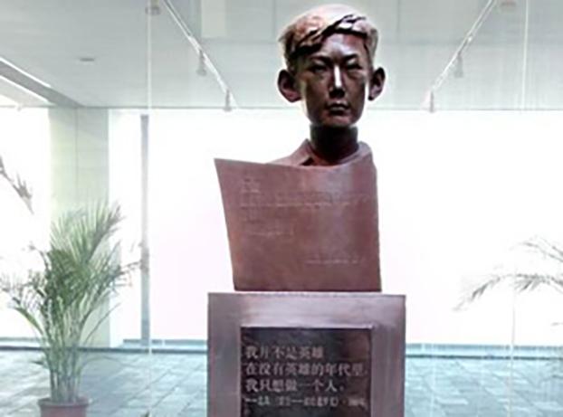 """曾经坐落在北京宋庄美术馆内的遇罗克雕塑(公民记者""""老虎庙""""提供/记者丁小)"""