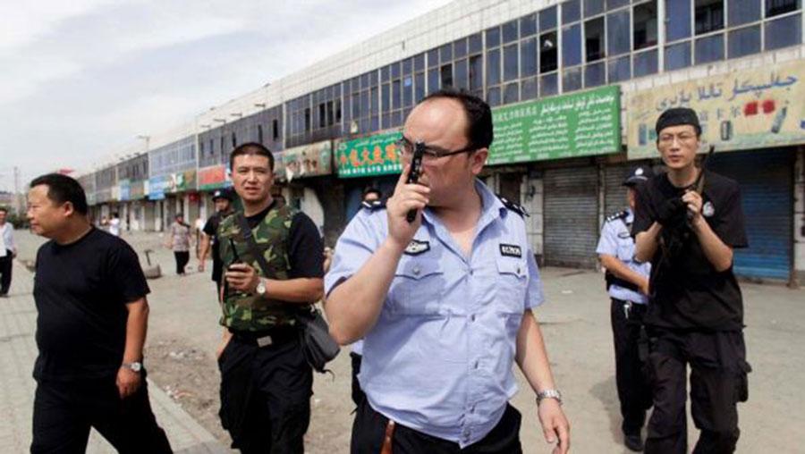 报告指出,尤其是中国在新疆地区的打压,导致数十名记者被捕。图为2019年7月7日,新疆乌鲁木齐附近街头的警察。(资料图/路透社)