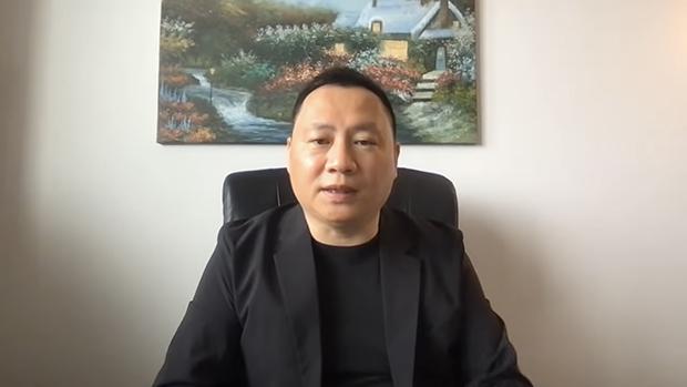 """王丹在直播中讲述此次青年中国人权奖的评选情况。(来自油管频道""""王丹学堂"""")"""