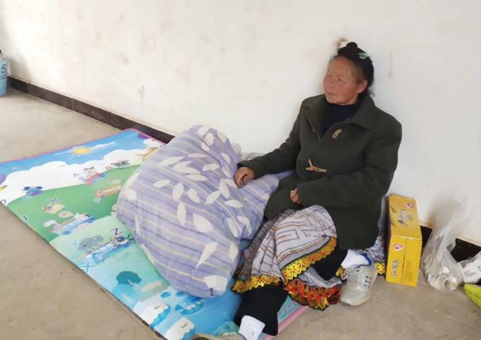 王海牧师的母亲在当地村委会被喷毒后病倒时的照片(王海牧师独家提供)