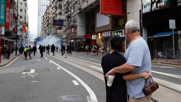 香港警察2020年7月1日用催泪瓦斯驱赶反国家安全法抗议者(路透社)