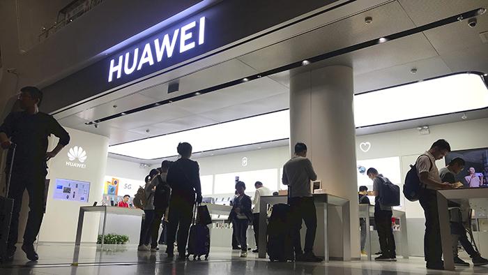 中国深圳机场的华为商店(美联社)