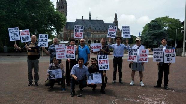 709声援者在海牙国际法庭外.JPG