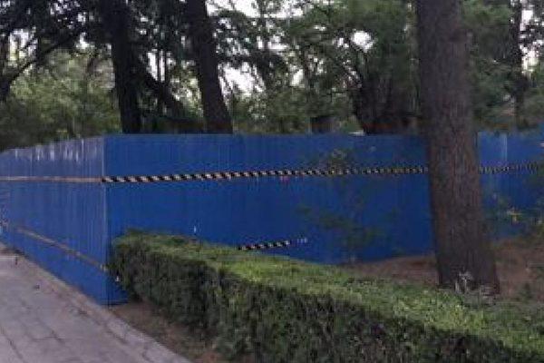清华大学108周年校庆,清华校方在校内王国维纪念碑周围竖起施工围墙。(Public Domain)