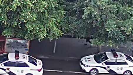 7月6日数十警察、警车再度围攻刘富祥一家(受访者独家提供)1.jpg