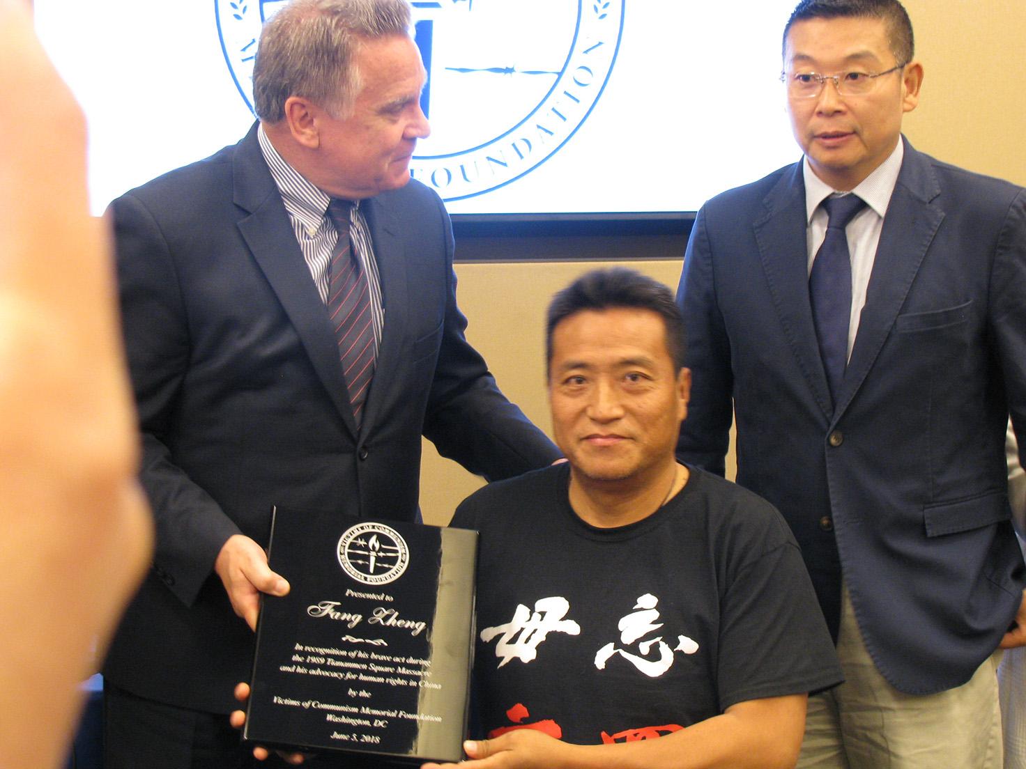 美国会议员史密斯(左)向方政(中)颁奖,右为杨建利。(林坪摄影)