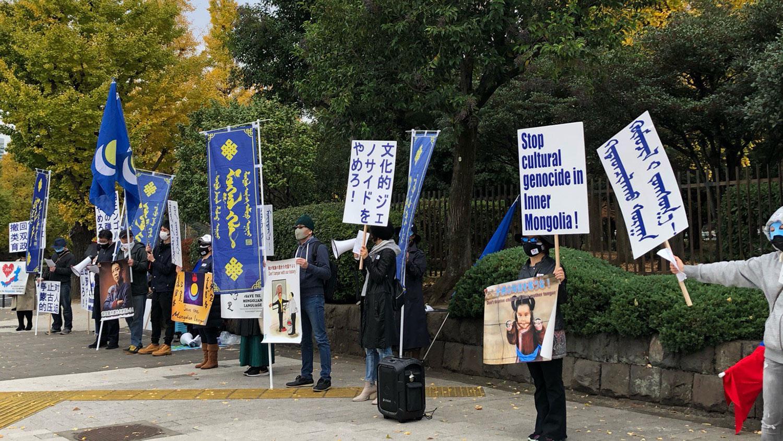 抗議者手舉被捕者相片,要求中國立即釋放被捕者。(志願者提供/記者喬龍)