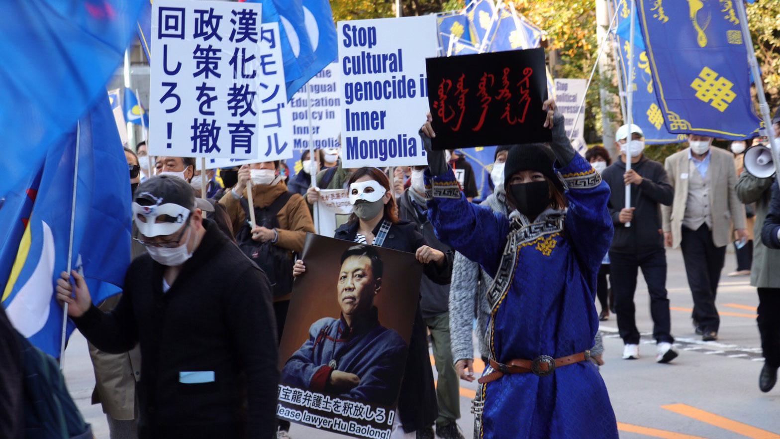 来自各地的海外蒙古族人在东京游行抗议。(参与者提供/记者乔龙)