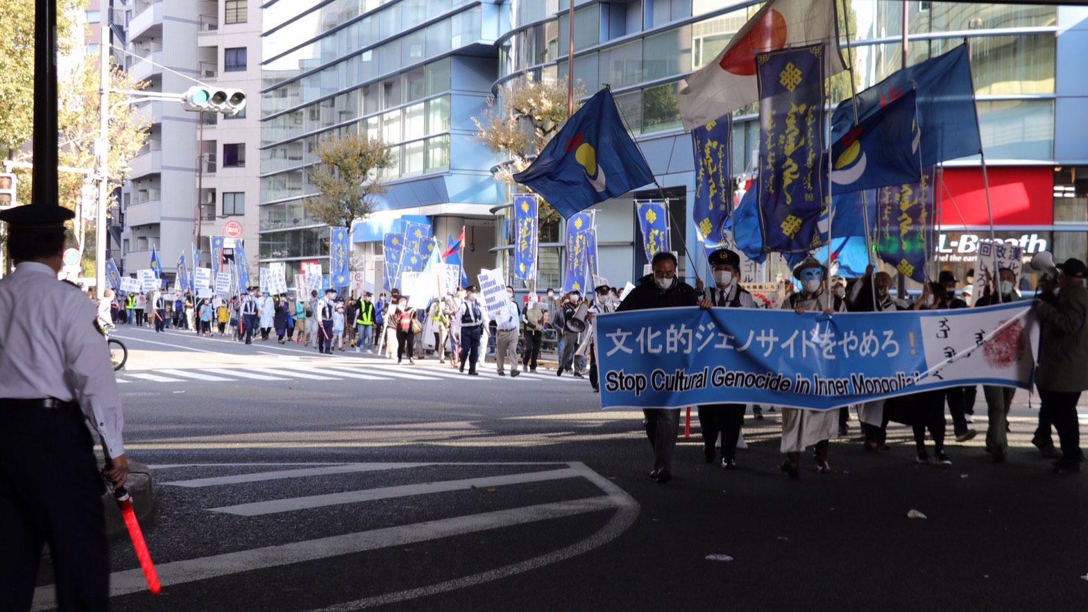 日本东京街头,游行队伍浩浩荡荡。(参与者提供/记者乔龙)