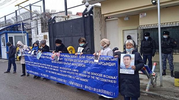哈萨克人在哈萨克中国总领馆外进行马拉松式抗议,要求中国政府释放她们的家人。(Public Domain)