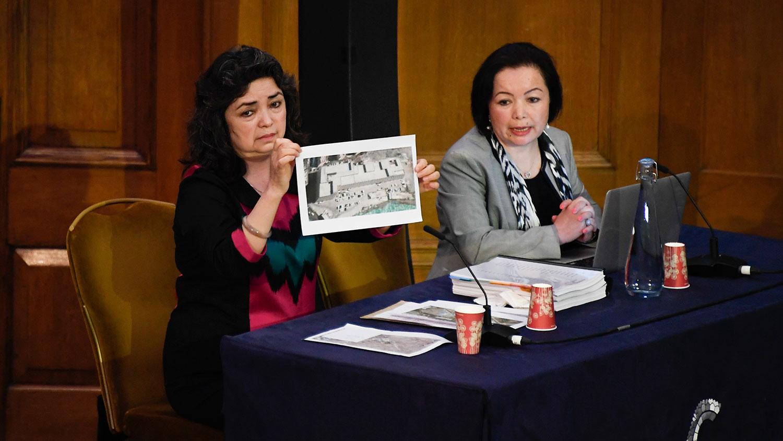 """2021 年 6 月 4 日,出庭作证的第一位证人是教师西迪克( Qelbinur Sidik) 在伦敦举行的第一次听证会上向""""维吾尔独立法庭""""(Uyghur Tribunal/UT)的小组展示了一张拘留营的照片。 (美联社)"""
