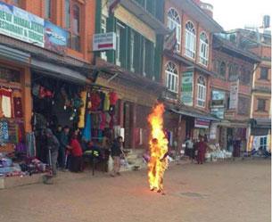 图片:竹泽在加德满都宝达佛塔前自焚现场。(受访人提供)