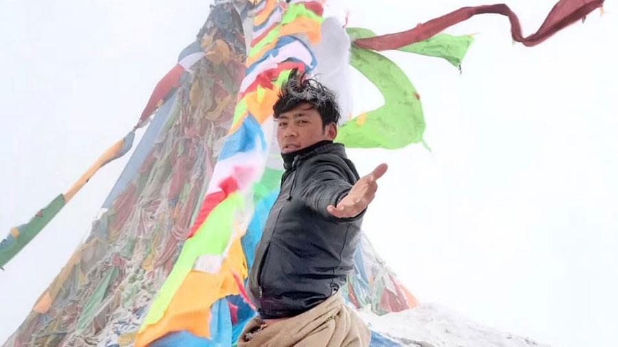旺青在4月29日煨桑祭神佛事仪轨上为班禅喇嘛祈祷时(受访人提供/记者丹珍)