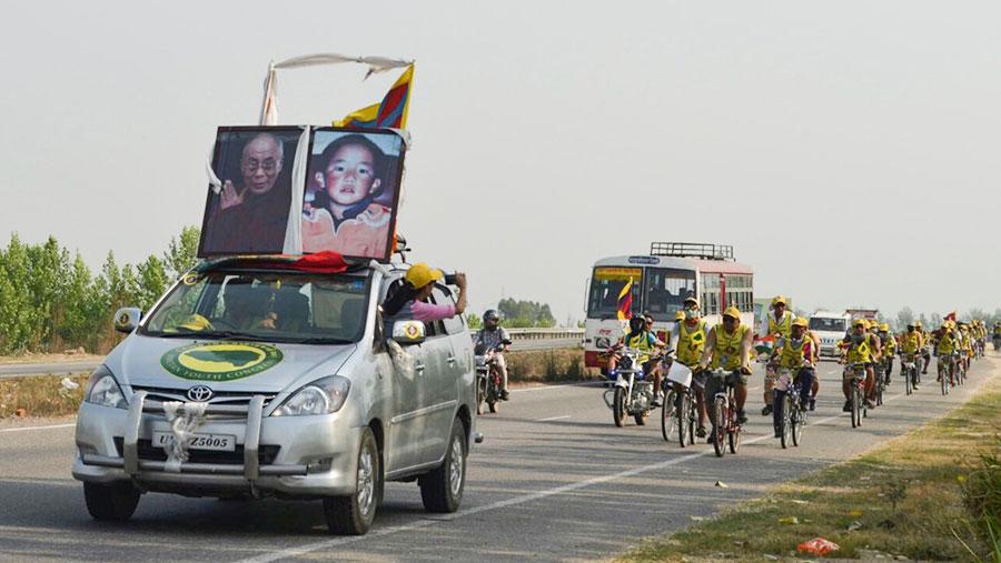 西藏青年会成员上周为班禅喇嘛获释展开单车周游活动(西藏青年会脸书)