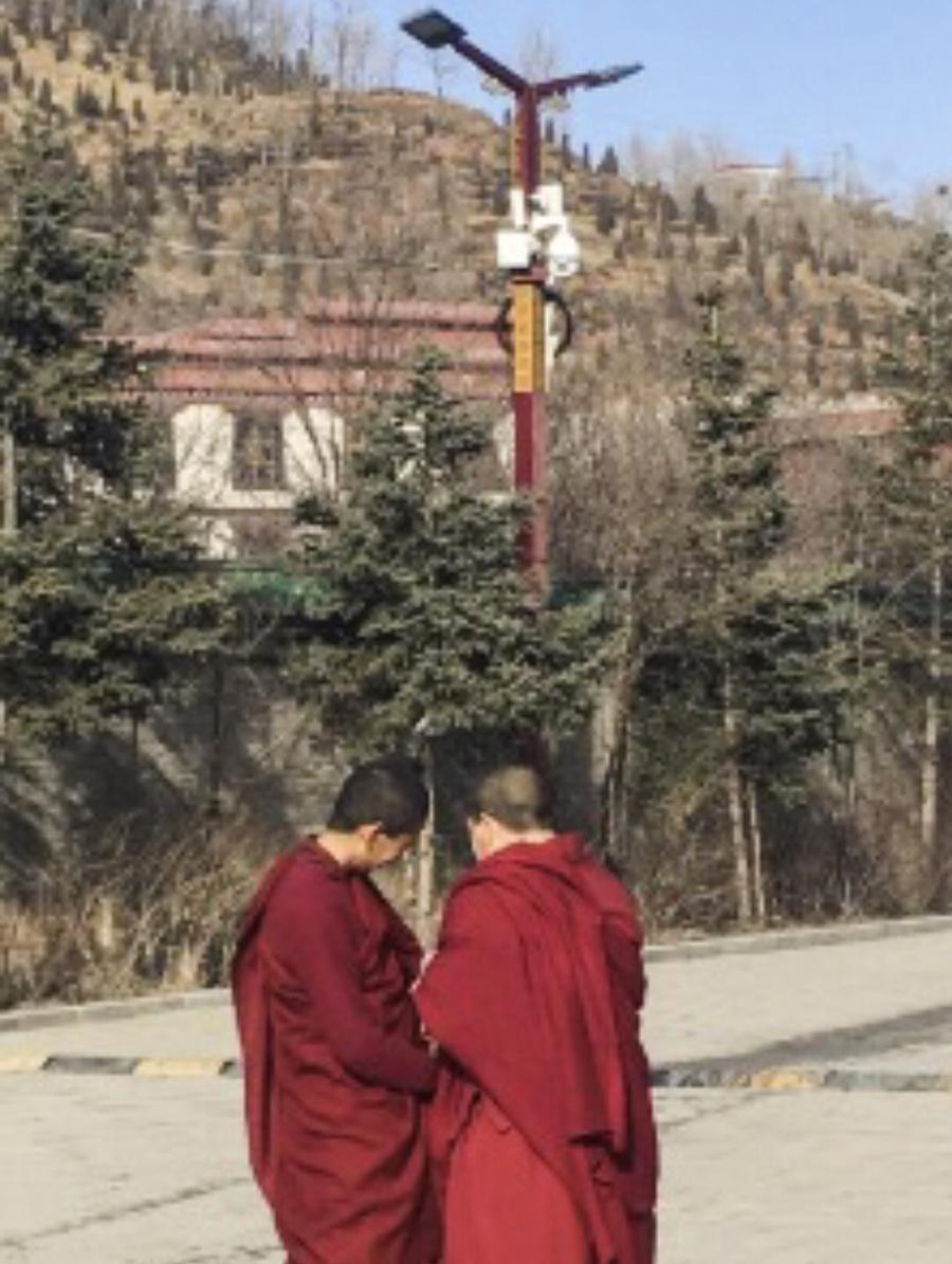 青海塔尔寺僧人一举一动处在摄像头的监视下(产经新闻/消息人士提供)