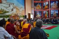 图片:达赖喇嘛在6月5日第二天的传法会上。(记者丹珍摄)