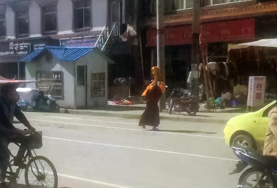 阿坝县格尔登寺僧人洛桑次仁6月7日展开示威抗议活动被捕(受访人提供)