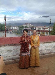 Panchen-Lama's-wife-and-daughter-at-Tsuklhakhang-on-20th-June.jpg