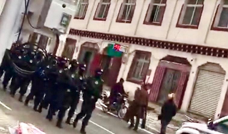 今年三月,中共军警在甘孜州石渠县温波镇境内巡逻现场。(受访人提供)