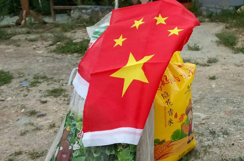 青海玉树当局近期发放给贫困藏人的物资及五星红旗 (受访人独家提供)
