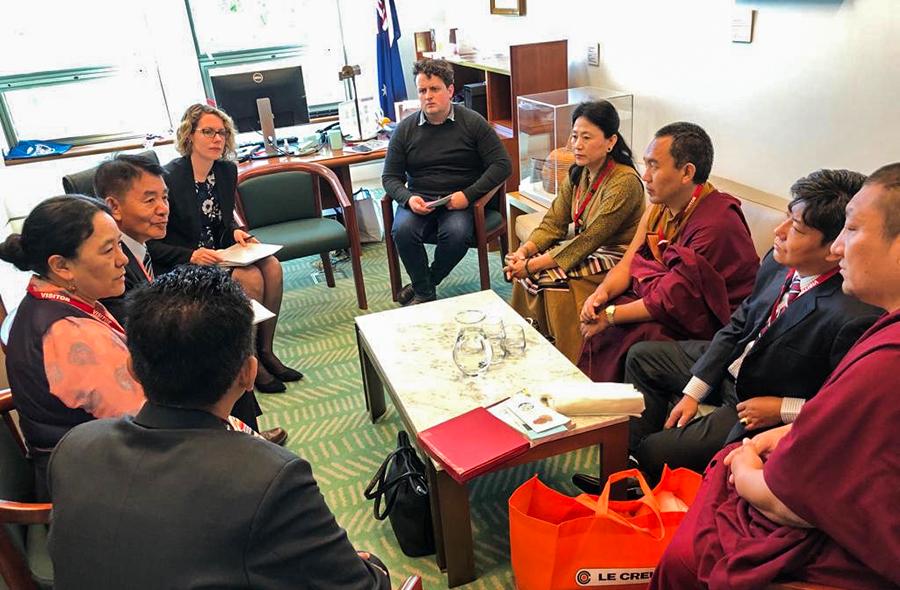 西藏人民议会参访团成员向澳洲国会工党议员艾丽西亚就西藏问题进行游说(藏人行政中央驻澳办事处提供)