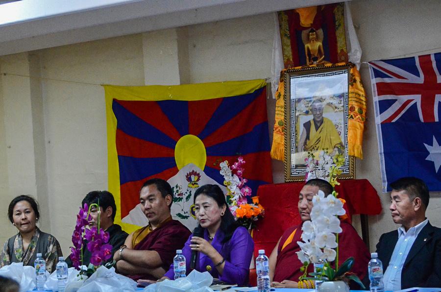 西藏人民议会参访团成员于本月14日向悉尼藏人发表讲话 (丹珍摄)
