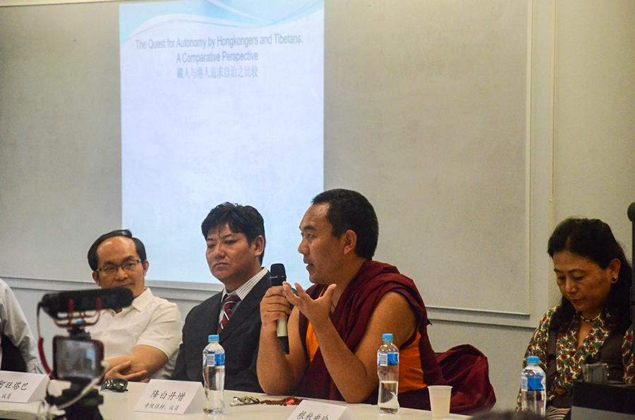 西藏人民议会议员、寺院住持降白丹增在研讨会上发言(记者丹珍摄)