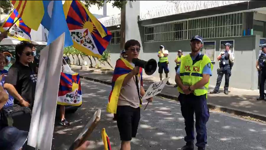 活动人士在中共驻悉尼总领事馆前(丹珍摄)(photo:RFA)