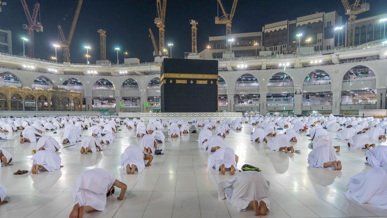 沙特阿拉伯在穆斯林世界里地位举足轻重。图为,2020年11月1日,朝圣者在沙特阿拉伯麦加穆斯林圣城大清真寺内副朝觐(Umrah)。(路透社)