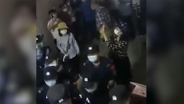 福建厦门一个家庭教会周日(3日)举行聚会时,公安和城管等多个部门的人员以违法传道为由禁止活动,有信徒谴责公安使用暴力,除了打人,还把人拖到住宅外面,又抢走他们的手机。(视频截图)