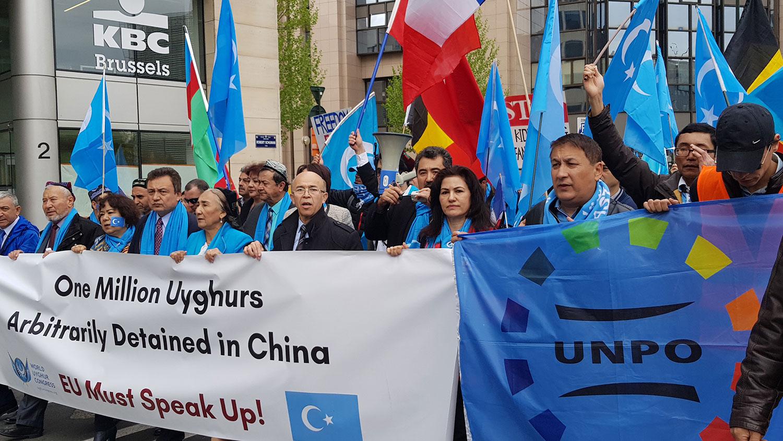 2018年4月27日,海外维吾尔团体在布鲁塞尔集会游行,抗议中国当局的新疆政策。(本台维语组提供)