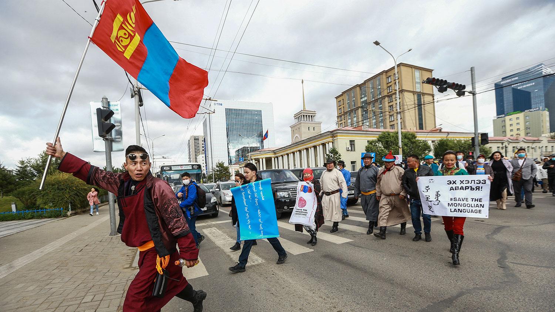 2020年9月15日,王毅出访期间,大批蒙古人聚集在蒙古国政府宫(Government Palace)前的苏赫巴托尔广场(Sukhbaatar Square)抗议中共在内蒙古推行双语教育新政策。(AFP)