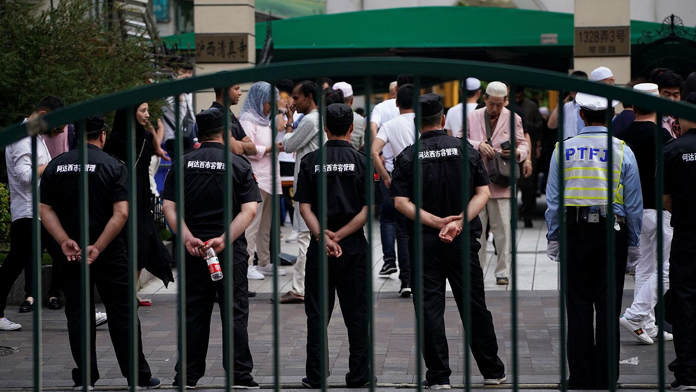 图为,2019年6月5日,正值穆斯林的开斋节,安全人员在上海清真寺入口。(路透社)