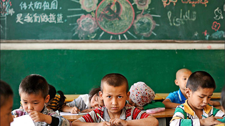 """中國新疆維吾爾自治區一所小學教室內,寫有""""偉大的祖國是我們的搖籃""""等標語。 (路透資料照)"""