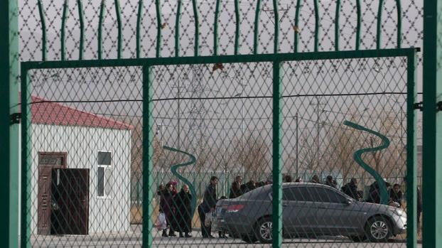 新疆职业技能教育培训中心羁押了一百多万名维吾尔族、哈萨克族等少数民族穆斯林。图为2018年12月3日,新疆阿图什市职业技能教育培训服务中心内维吾尔族人在排队。(资料图/美联社)
