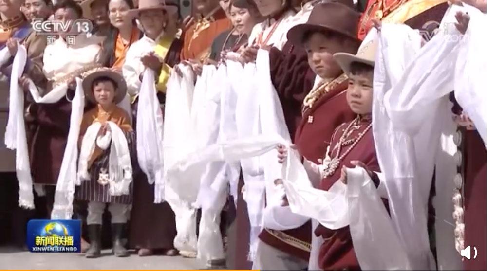中共建党百年前夕,中国领导人习近平8日走访海北藏族自治州果洛藏贡麻村牧民集中安置新村。(央视视频截图)