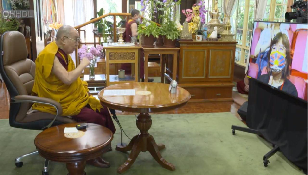 西藏精神领袖第14世达赖喇嘛,5日在印度达兰萨拉,与台湾上千名佛教徒,透过视讯弘法庆寿,达赖喇嘛官方脸书也全球同步直播。(达赖喇嘛脸书截图)