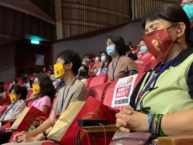 因应新冠肺炎疫情,主办单位准备两款达赖喇嘛漫画公仔形象的布口罩给与会者,并规划梅花座,间隔座位,保持社交距离。(记者夏小华摄)