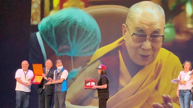 """净韵三千主办单位号召佛教徒以达赖喇嘛为名集资捐赠第六台救护车,名为""""达赖喇嘛观音6号"""",达赖喇嘛""""远距见证""""。(记者夏小华摄)"""
